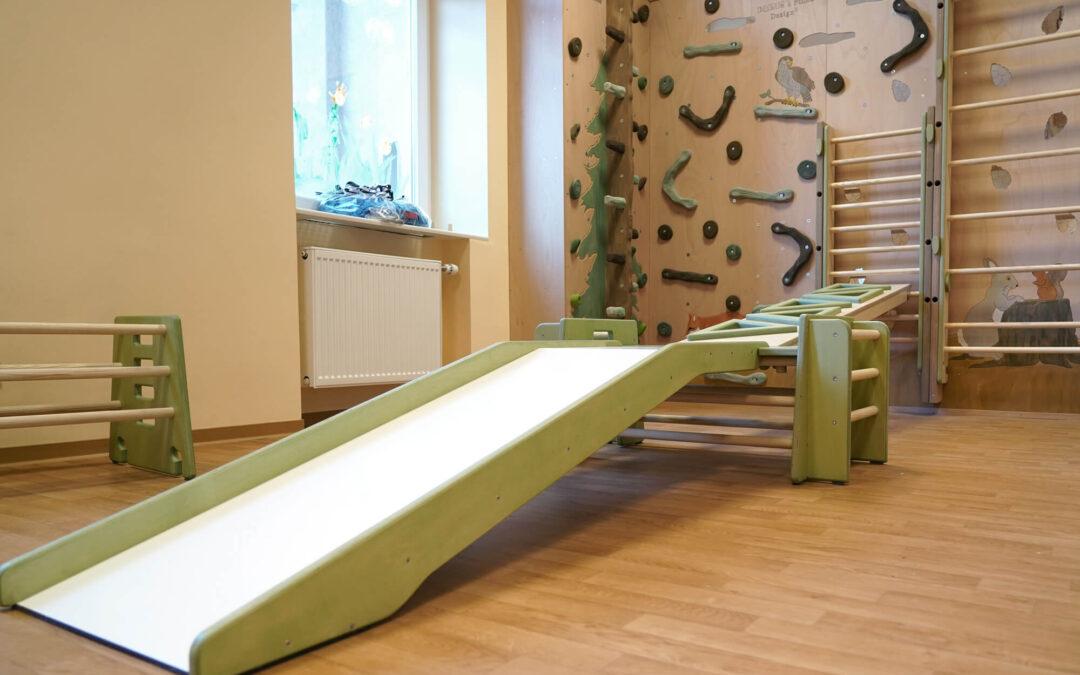 Bewegungsraum mit Kletterwand – Das HAIDIG® System